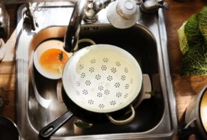 How to clean kitchen utensils?​ step by step